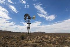 Насос ветра в засушливом пастбище Karoo стоковое фото rf