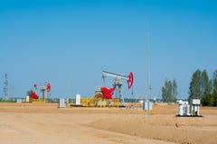 насос масла Россия индустрии Оборудование нефтедобывающей промышленности в месторождении нефти Концепция нефти и газ Стоковое Изображение