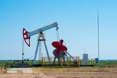 насос масла Россия индустрии Оборудование нефтедобывающей промышленности в месторождении нефти Концепция нефти и газ Стоковые Изображения