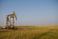 Насос места производственного колодца сырой нефти поднимает домкратом и поля в сланце Niobrara стоковые фото