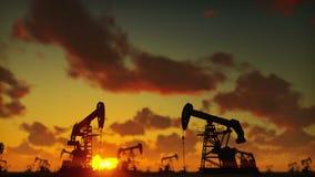 Насос поднимает промышленную машину домкратом для нефти в заходе солнца Силуэт насоса поднимает нагнетая масло домкратом против к акции видеоматериалы
