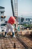 Насос цемента промышленного работника работая, детали промышленного машинного оборудования и строительная площадка стоковое фото rf