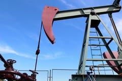 Насос jack сырой нефти под голубым небом в Европе Стоковая Фотография
