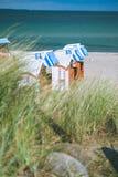 Настелинные крышу деревянные стулья на песчаном пляже в Travemunde, Балтийском море, Германии Стоковое фото RF