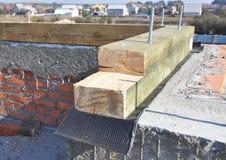 Настелите крышу деревянные балки, установка ферменных конструкций с мембраной битума на стене дома кирпича Конструкция толя Стоковая Фотография RF