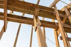 Настелите крышу структура рамки в деревянном доме рамки под конструкцией на заходе солнца стоковое изображение