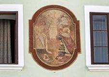 Настенная живопись отличая будучи поклонянным кубком, Cesky Krumlov, чехией стоковое изображение rf