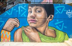 Настенная роспись мальчика показывая его прочность в 13 кварталах в Med Стоковые Изображения RF