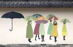 Настенная роспись на стене, девушка с зонтиком стоковое фото rf