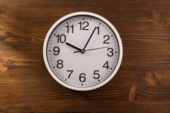 Настенные часы на древесине Стоковое Изображение