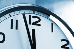 Настенные часы показывая 5 к 12 Стоковые Фото