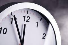 Настенные часы показывая 5 к 12 Стоковые Фотографии RF