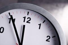 Настенные часы показывая 5 к 12 Стоковое Изображение