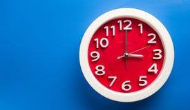 Настенные часы установленные на предпосылку цвета Концепция времени последняя Стоковое Фото