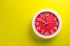 Настенные часы установленные на предпосылку цвета Концепция времени последняя Стоковая Фотография RF