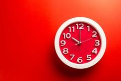 Настенные часы установленные на предпосылку цвета Концепция времени последняя Стоковые Фото