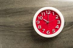 Настенные часы установленные на предпосылку цвета Концепция времени последняя Стоковые Фотографии RF
