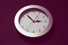 Настенные часы, шкала с стрелками, скоро 3 часами овально стоковые фотографии rf