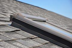 Настелите крышу окно, окно в крыше с фокусом крупного плана на основанных на битум делая водостойким зонах мембраны стоковое фото rf