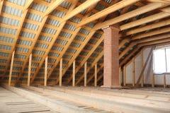 Настелите крышу рамка покрытая профилированными металлическим листом и печной трубой кирпича внутри взгляда Стоковое Фото