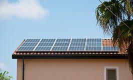 Настелите крышу установленные панели солнечных батарей которые использованы для того чтобы сделать электричество стоковое изображение