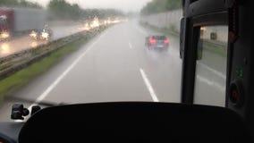Настигать автомобили в дожде на автобане видеоматериал