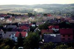 Настилает крышу верхние части деревни с окрестностями стоковое фото rf