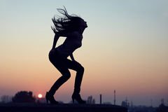 настилите крышу женщина захода солнца стойки силуэта урбанская Стоковые Фотографии RF