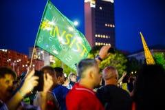 Настойте флаг на протесте в Бухаресте, Румынии Стоковое Фото