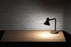 Настольная лампа с столешницей загоренной желтым светом деревянной Стоковая Фотография