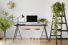 Настольный компьютер на столе с лампой в белом interio ` s фрилансера стоковое изображение