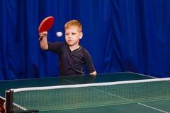 Настольный теннис детских игр стоковая фотография rf
