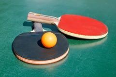 настольный теннис 2 ракеток шарика Стоковое Изображение