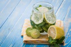 Настоянное смешивание воды известки, лимона и мяты стоковые изображения
