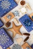 Настоящие моменты в голубой упаковочной бумаге на таблице стоковая фотография