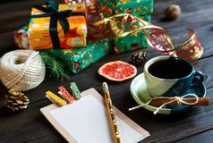 Настоящие моменты для друзей и семьи в апельсине и зеленой книге, блокноте, чашке кофе на деревянной предпосылке Шоппинг стоковое фото
