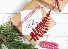 Настоящие моменты коробки подарков рождества на деревянной предпосылке Стоковые Фотографии RF