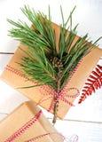 Настоящие моменты коробки подарков рождества на деревянной предпосылке Стоковые Изображения RF