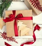 Настоящие моменты коробки подарков рождества на деревянной предпосылке Стоковое Изображение RF