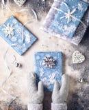 Настоящие моменты обернутые синью на рождестве Стоковые Фотографии RF