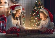 настоящие моменты отверстия рождества детей стоковая фотография rf