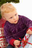 настоящие моменты отверстия рождества ребенка милые Стоковое фото RF