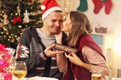 настоящие моменты пар рождества счастливые Стоковое фото RF