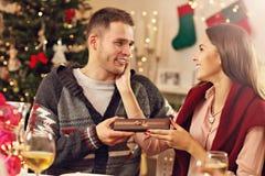 настоящие моменты пар рождества счастливые Стоковые Фотографии RF