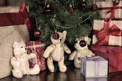 Настоящие моменты под рождеством дерева Стоковые Изображения