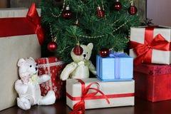 Настоящие моменты под рождеством дерева Стоковое Фото