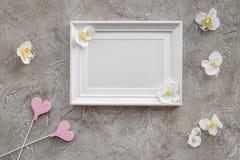 Настоящие моменты установили для детского душа с модель-макетом взгляд сверху предпосылки орхидеи и рамки серым каменным Стоковая Фотография RF