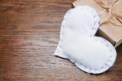 Настоящий момент коробки сердца винтажной темной деревянной предпосылки белый Стоковое фото RF