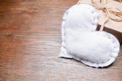 Настоящий момент коробки сердца винтажной темной деревянной предпосылки белый Стоковая Фотография