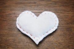 Настоящий момент коробки сердца винтажной темной деревянной предпосылки белый Стоковая Фотография RF